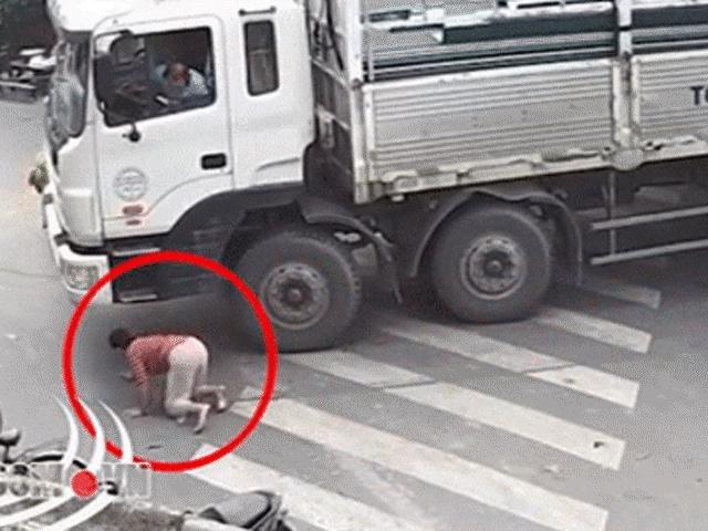 Clip: Người phụ nữ lao ra nằm dưới bánh xe tải khiến ai cũng hết hồn