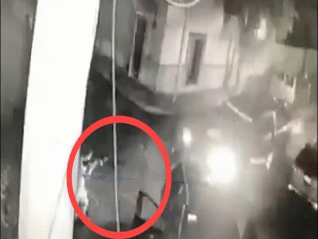 Video 8 thành viên băng đảng Mexico chặn xe cảnh sát, nã đạn như mưa
