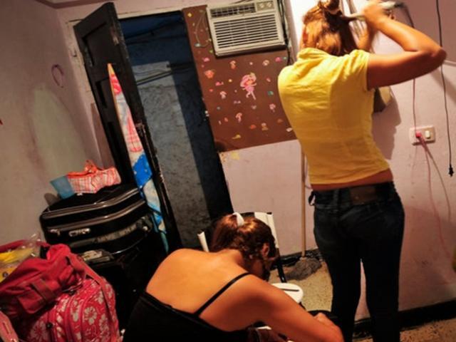 Hai chị em gái bị tung 140 bức ảnh khỏa thân lên mạng, ép bán dâm trong xe hơi
