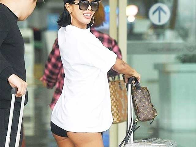 """Nữ rapper Hàn Quốc hớ hênh vì mốt """"quần tàng hình"""" ở sân bay"""