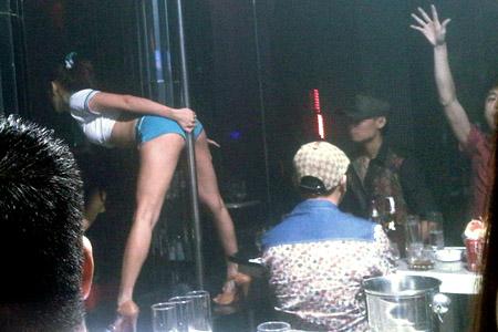 Một dancer nữ uốn éo tại bar ZR đêm 2.10.