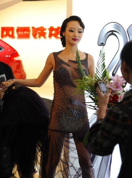 Mẫu Cbiz khoe da thịt với váy mỏng xuyên thấu
