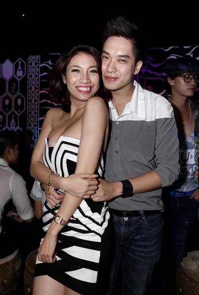 Pha Lê ăn mặc sexy, tạo dáng thân mật cùng một vị khách nam.