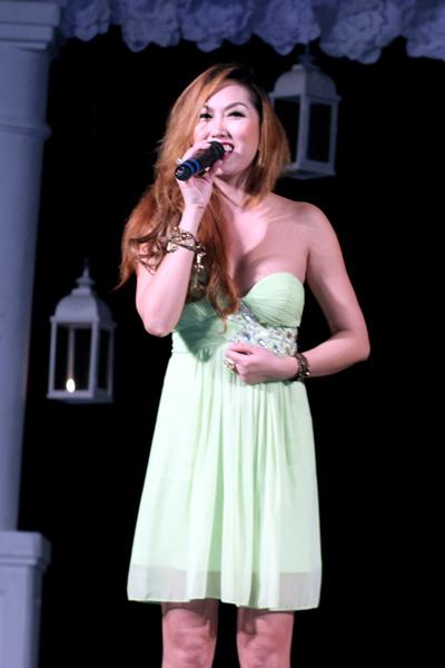 Tuy sở hữu giọng hát không mấy đặc biệt, Phi Thanh Vân lại 'ăn điểm' nhờ lối biểu diễn hết mình và giao lưu tự nhiên với người xem.