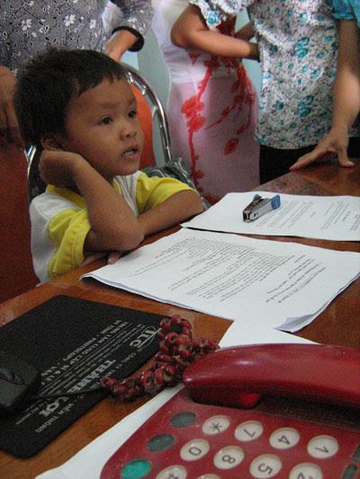 Đặng Hữu Nam tỏ ra thích thú khi ngồi đọc tiếng Anh trên màn hình vi tính.