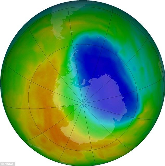 Vùng màu tím và xanh tượng trưng cho nơi có ít ozone trong bầu khí quyển nhất