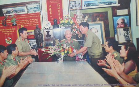 Trung tướng Phạm Tuân tặng hoa Đại tướng Võ Nguyên Giáp trong dịp đoàn đại biểu  Tổng cục Công nghiệp quốc phòng thăm Đại tướng tháng 5.2005.