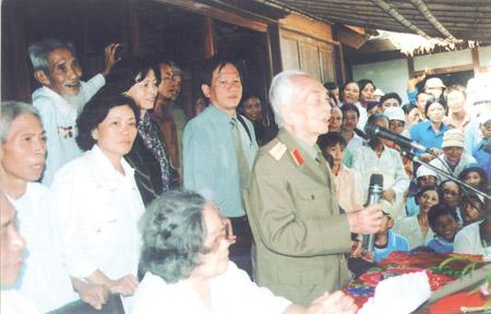 Đại tướng Võ Nguyên Giáp trò chuyện với người dân quê nhà xã Lộc Thủy trong một lần về thăm.