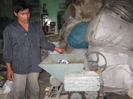 Anh Nguyễn Đức Trí giới thiệu về máy dập lon.
