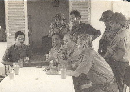 Đại tướngVõ Nguyên Giáp tại Ngân hàng giống lúa của Trường Đại học Cần Thơ tháng 4.1977 (GS Võ Tòng Xuân ngồi ngoài cùng bên trái).