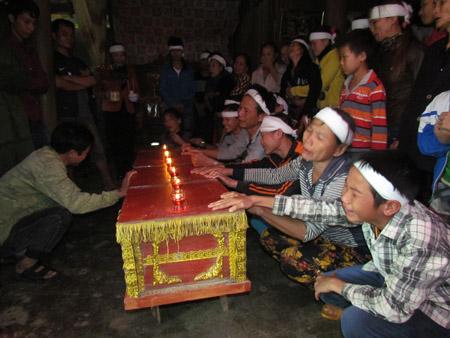 Hàng trăm người dân thôn Hạ Vàng xã Sơn Kim 2 rơi nước mắt trước cái chết thương tâm của anh Oanh