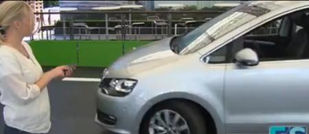 Bạn có thể đứng từ xa điều khiển xe lùi vào bến đỗ
