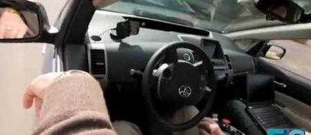 Xe có thể tự lái trên đường khi kết nối với ứng dụng trong điện thoại và máy tín