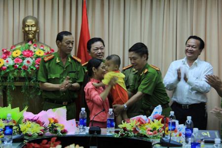 Cháu Vũ được Công an Đà Nẵng trao lại cho chị Huỳnh Thị Hiền