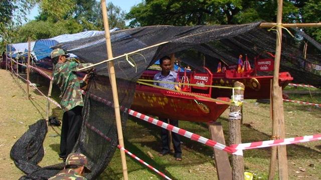 Người dân Houlao, ngôi làng rất gần địa điểm máy bay rơi, đang che phủ các chiếc thuyền của mình, dù đã được sơn phết, trang trí trong nhiều tháng trước để tham dự cuộc đua thuyền truyền thống vào lễ hội Ra Hạ ngày 20.10, nhưng đã bị hủy bỏ.
