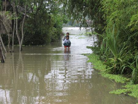 Nghệ An nhiều địa phương bị ngập chìm trong biển nước, rất nguy hiểm cho người qua lại.