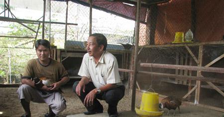 Ông Trần Văn Thưởng (phải) thăm trang trại chim trĩ đỏ của hội viên Lê Hồng Vinh.