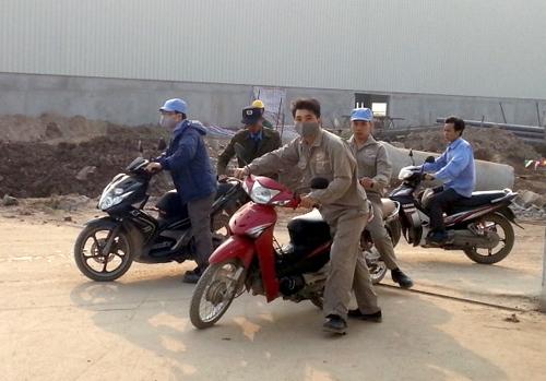 Sáng nay công nhân ở nhà máy kế bên, chuyên sản xuất giấy vẫn đi làm bình thường.