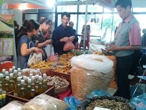 Khách hàng tham quan mua sắm tại hội chợ. (Ảnh: Thanh Tâm/Vietnam+)