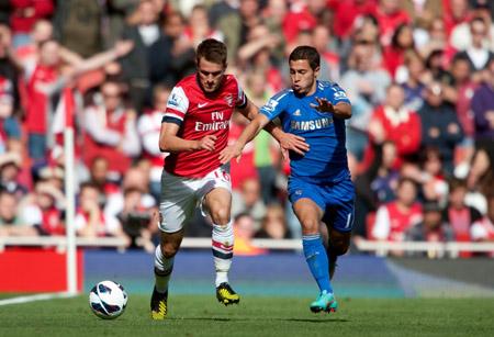 Giữ được phong độ như hiện tại, Arsenal (trái) có thể vượt qua Chelsea.