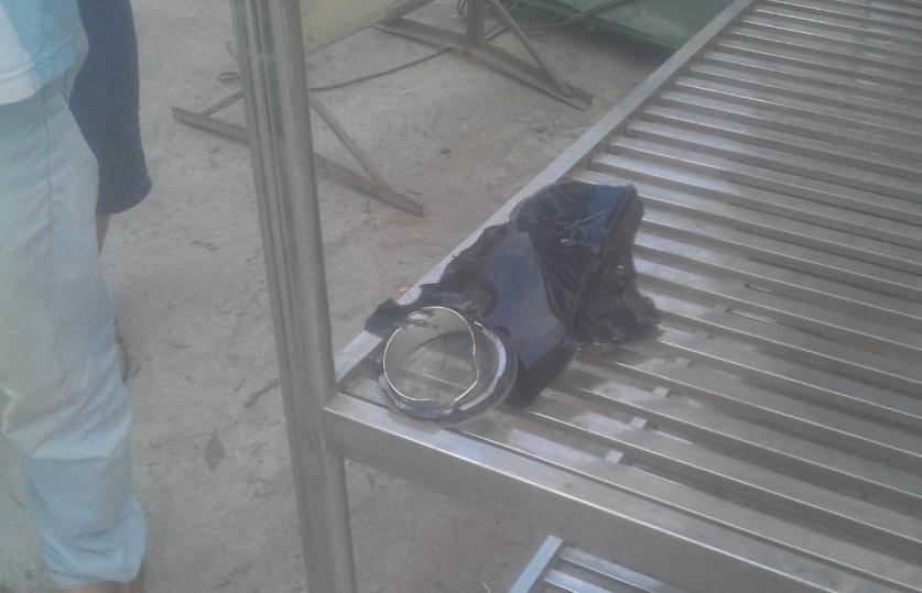 Chiếc đèn ô tô gây tai nạn bị vỡ rơi tại hiện trường được người dân giữ bàn giao cho công an.