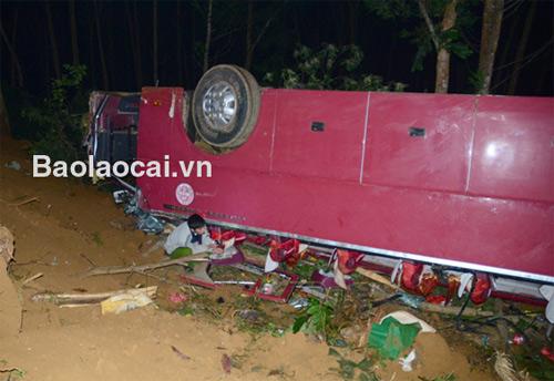 Xe khách bẹp dúm sau khi lao xuống vực làm 7 người chết, 29 người bị thương. Ảnh:Baolaocai.vn