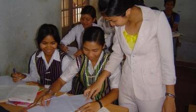 Giáo viên giảng dạy ở các trường công lập thị xã Gia Nghĩa phấn khởi khi được chi trả phụ cấp theo quy định mới. (Ảnh: Báo ND)