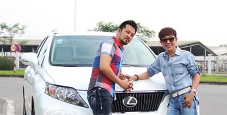 """Long Nhật và """"người tình Việt Kiều"""" vui vẻ bên nhau cạnh chiếc xe Lexus"""