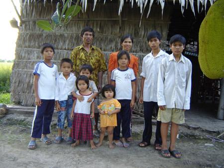 Gia đình trước căn nhà tạm bợ, chỉ thiếu người con trai cả