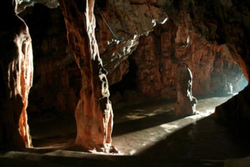Địch Lộng ấn tượng với du khách bởi những nhũ đá biến đổi màu theo ánh sáng. Ảnh: dulichvietnam.