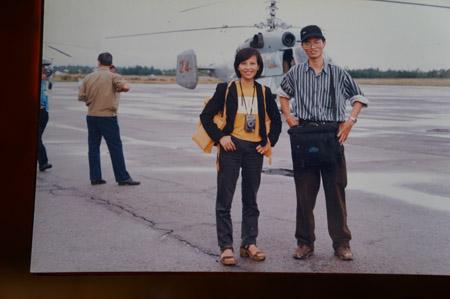 Nhà báo Hoàng Trọng Hiếu (bên phải) tại sân bay Phú Bài (Huế) năm 1999.