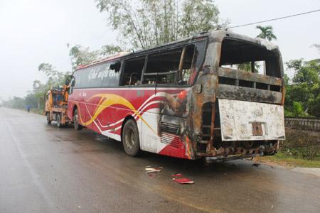 Chiếc xe bị cháy trơ khung (ảnh chụp sáng 4.11)