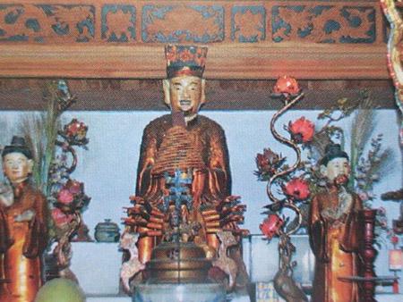 Những pho tượng mới do sư thầy Thích Minh Phượng  mang về được dỡ xuống để trong nhà đầu đốc.
