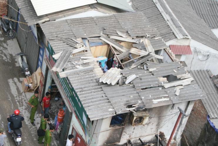 Cửa hàng gas tung mái nhà sau vụ nổ.