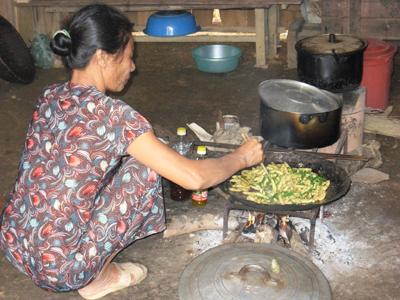Chế biến nhộng tằm- món ăn đặc trưng của người Minh Hóa.