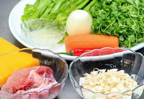 Nguyên liệu làm bánh cuốn gồm thịt nạc vai, hành khô, nước hành khô ép, các loại rau sống.