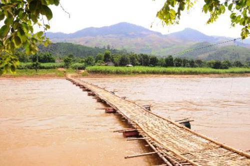 Cây cầu tre ọp ẹp bắc qua sông Mã dẫn vào bản Puông.