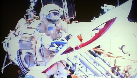 Nhà du hành vũ trụ người Nga lần đầu tiên mang ngọn đuốc Olympic ra ngoài khoảng không vũ trụ