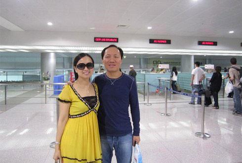 Doanh nhân Chính Chu và vợ trong một lần về Việt Nam.
