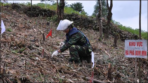 Chiến sĩ thuộc Trung tâm Công nghệ xử lý bom mìn, Bộ Tư lệnh Công binh rà phá bom mìn tại Lạng Sơn (Nguồn ảnh: VOV)