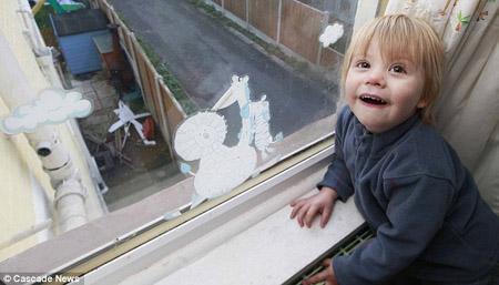Bé Ashton Millard, 2 tuổi, đã giúp cảnh sát bắt được tên trộm nấp bên cạnh khu vườn nhà mình.