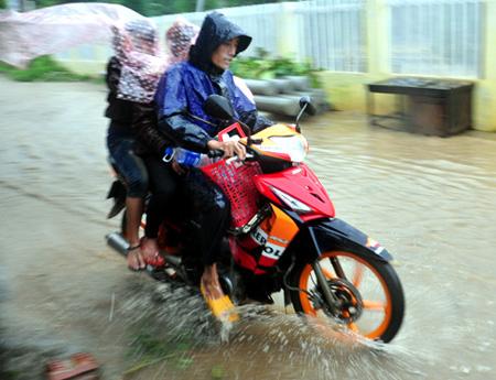 Mưa gió lớn gây ngập nhiều tuyến đường ở Quảng Ngãi sáng nay. Ảnh: Trí Tín.