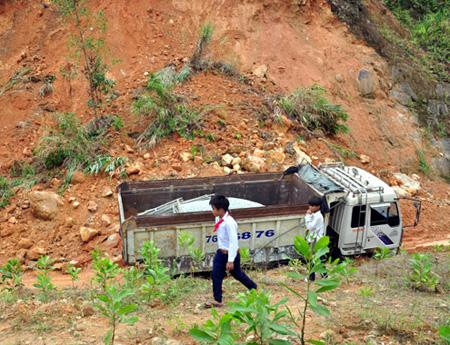 Mưa lớn kéo dài tiếp tục gây sạt lở núi nghiêm trọng, tắc nghẽn giao thông ở huyện miền núi Sơn Tây. Ảnh: Trí Tín.