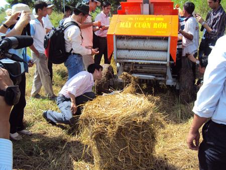 Chạy thử máy cuốn rơm tại xã Bình Hòa, huyện Châu Thành, An Giang.