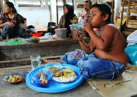 Aldi đã chuyển từ nghiện thuốc lá sang chứng nghiện thức ăn. Cậu liên tục đòi ăn.