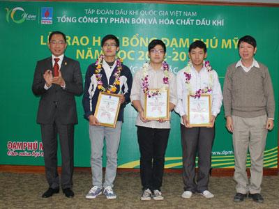 Tổng giám đốc PVFCCo, ông Cao Hoài Dương (đầu tiên từ trái sang) tại buổi lễ trao học bổng