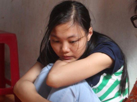 Chị Huyền (mẹ bé L) dằn vặt vì kinh tế quá khó khăn nên vợ chồng không có nhiều thời gian chăm con.