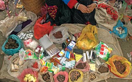 Những vị thuốc quý từ cây rừng trong phiên chợ vùng cao.