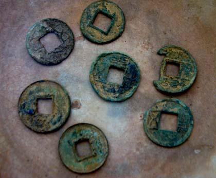 Một số đồng tiền anh Tuyến lấy được từ lòng núi có niên đại trước và đầu Công nguyên.