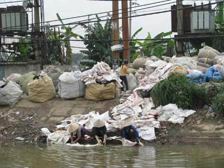 Nghề tái chế ở  xã Tiên Dược gây ô nhiễm môi trường nghiêm trọng.